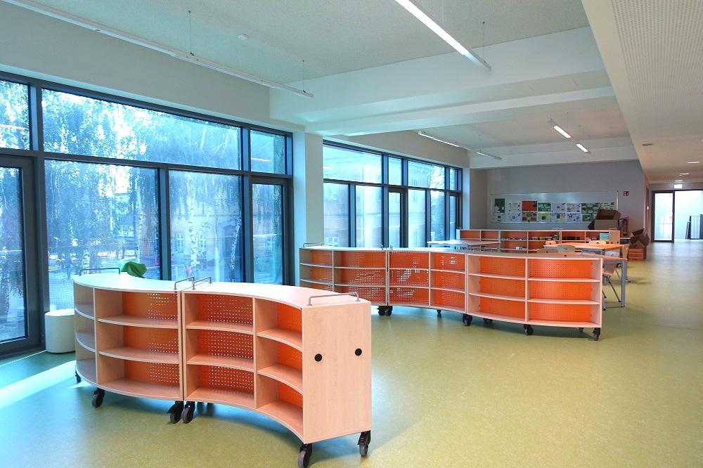 Bei der Grundschule in Wermsdorf kamen Spezialdecken mit Betonkernaktivierung zum Einsatz, die ein eigenes Heiz- und Kühlsystem mit durchgezogenen Wasserleitungen integrieren.